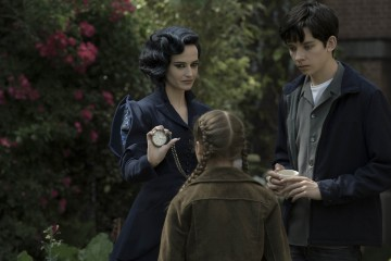 DF-15506 - Miss Peregrine (Eva Green) demonstrates one of her many time-bending talents to Jake (Asa Butterfield) and Fiona (Georgia Pemberton). Photo Credit: Jay Maidment.